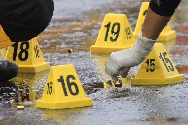 Peritos na cena de duplo homicídio no Riacho Fundo